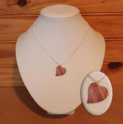Collier coeur en bois de rose